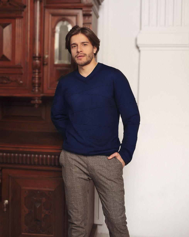 Демисезонный свитер из мериносовой шерсти Темно - синего цвета с декором