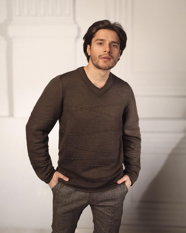 Демисезонный свитер из мериносовой шерсти Темно - Коричневого цвета с декором